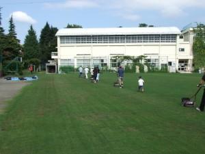 体育館側芝刈りグループ
