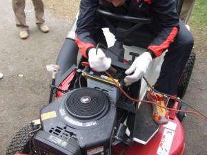 なんとバッテリーが上がっていたので車のバッテリーに接続してエンジン始動