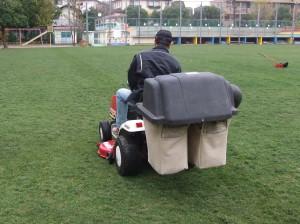 乗用式芝刈り機での作業
