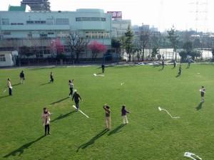 芝生の校庭で凧あげ